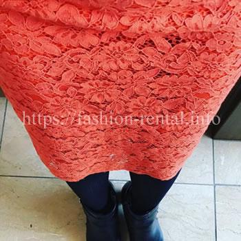 総レースのオレンジ色のタイトスカート
